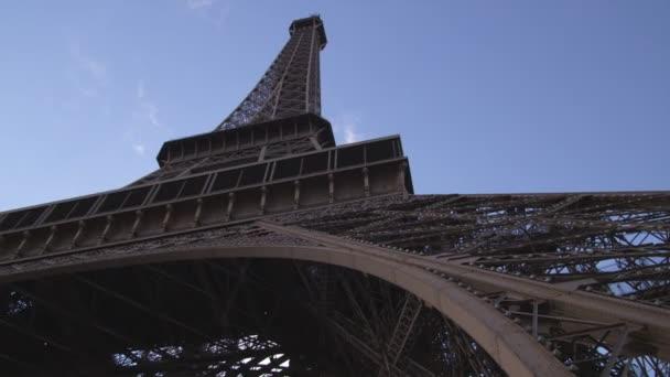 Zastřelen při pohledu na Eiffelovu věž.