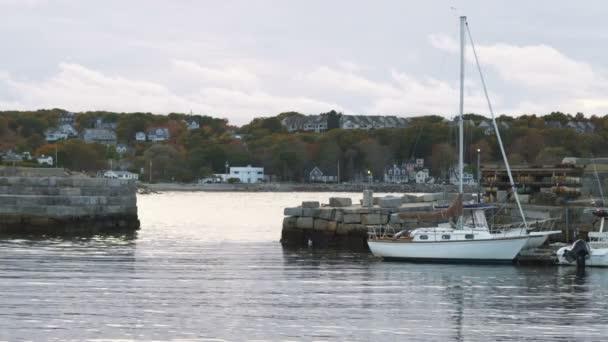 Rockport přístav s fall listí v Massachusetts