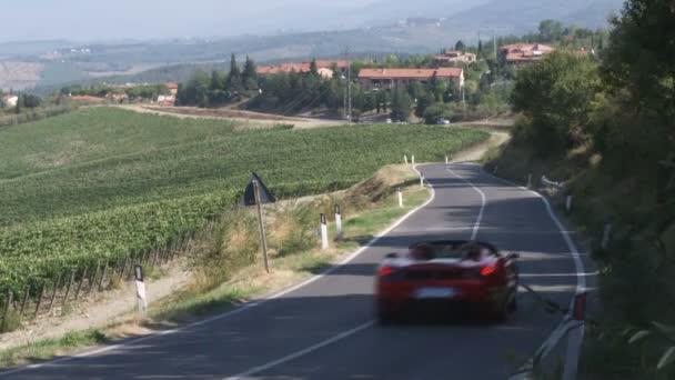Ferrari po venkovské silnici v Itálii
