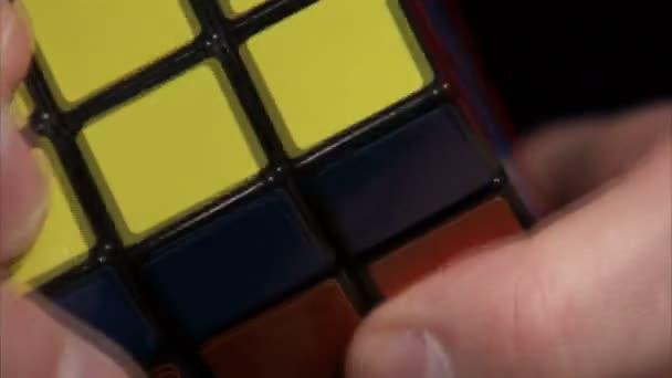Extrémní zblízka Rubikova kostka řešené