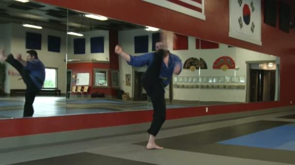 Tesz egy spin-kick férfi harcművész