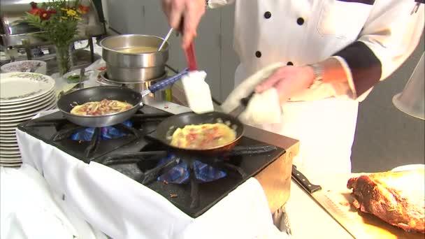 kuchař dělá vynikající omeletu
