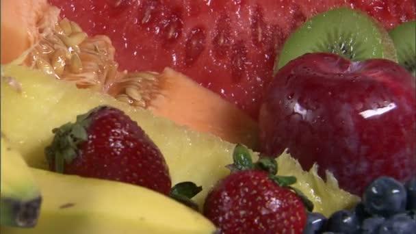 sortiment ovoce na rotující talíř