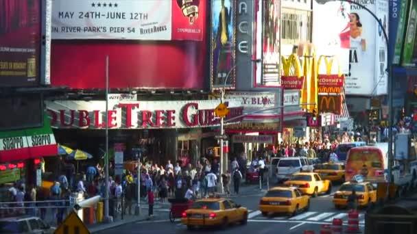 Sedmé Avenue s taxíky a chodce v New York City
