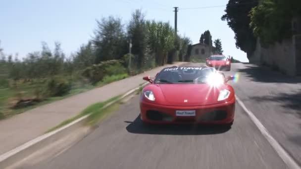 Ferrari po italské venkovské silnici