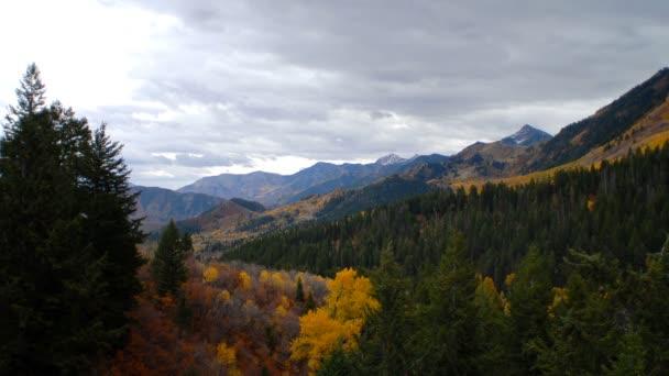 Krajina v horách a v údolích s podzimním barvám.