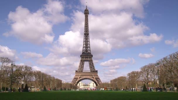Eiffelova věž s mraky na pozadí