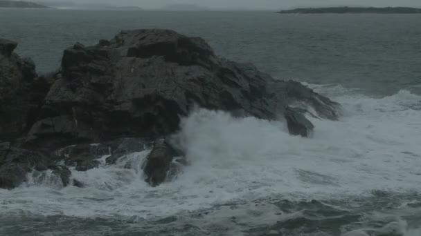Wellen auf einem Felsvorsprung in Maine