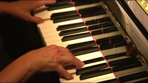 Nahaufnahme von Klavierspielenden Händen
