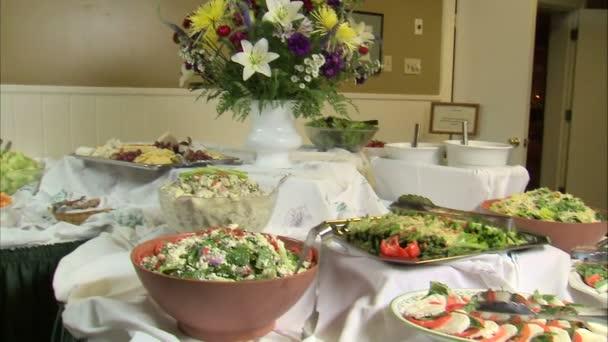 Stůl plný lahodné hledá saláty a předkrmy