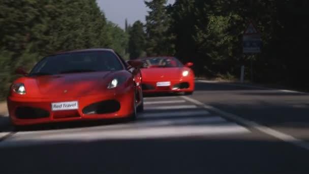 Dvě Ferrari, jízdě na silnici v Itálii