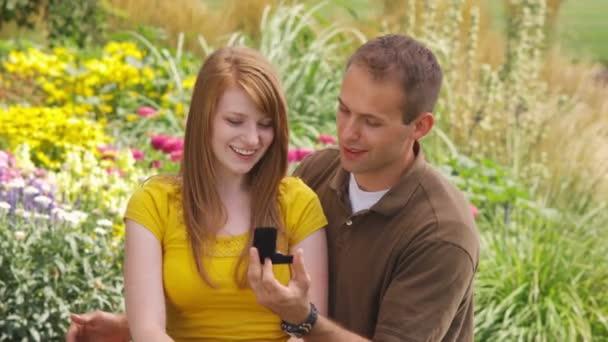 muž zamýšlí mladá žena v zahradě