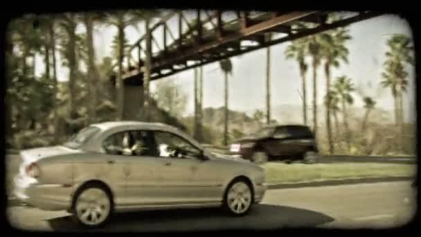Auto na dálnici. Vintage stylizované videoklip.