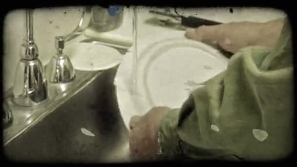 Člověk dělá nádobí. Vintage stylizované videoklip