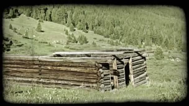 opuštěná srub v horách.