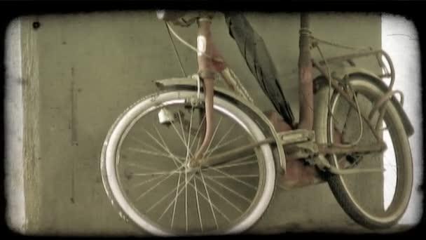 Rotes Fahrrad. Vintage stilisierte video-clip.