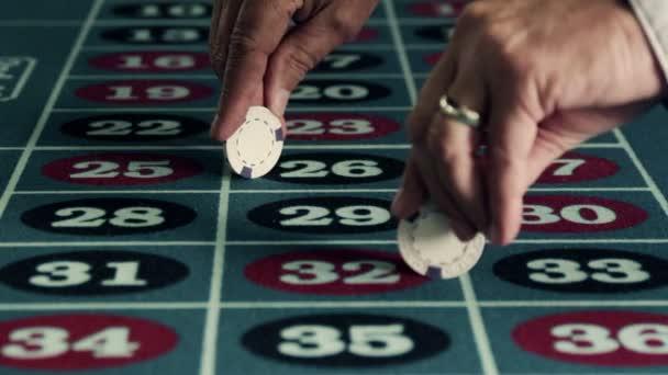 Spřádání čipy na ruletového stolu.