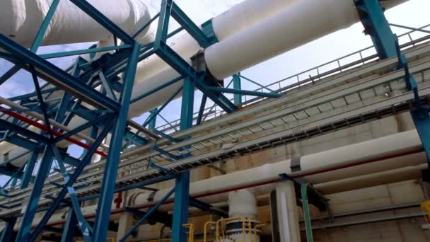 Weiße Rohre in einer Entsalzungsanlage in Israel.