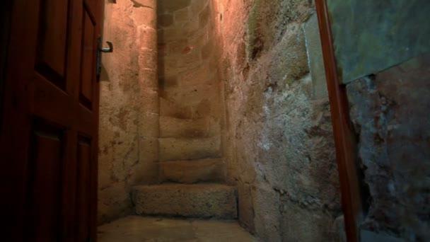 úzkém kamenném schodišti v Izraeli