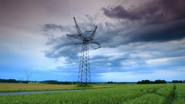 Elektrická věž podél silnice na venkově v Kodani