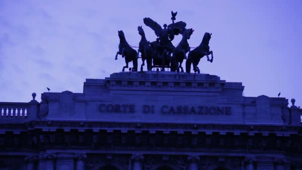 Corde di cassazione and the statues on top