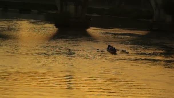 Besatzung-Zeilen am Fluss Tiber
