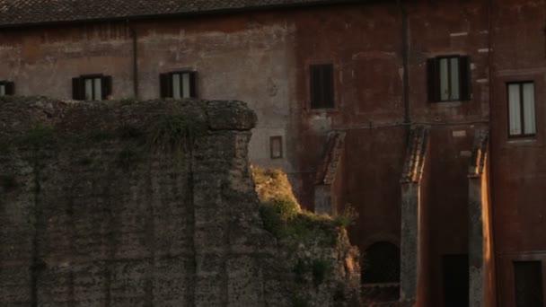 budova za zhoršující kamenné zdi