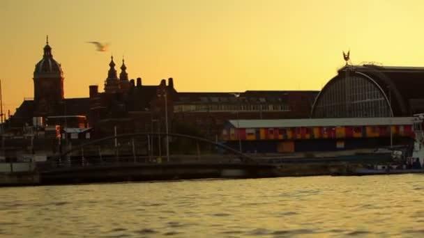 Sledování záběrů z obrovské luxusní člun