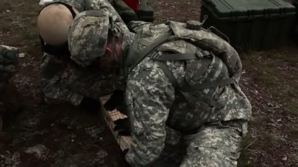 Katonák nyitó láda és berendezések előkészítése