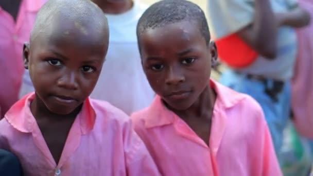 Mládež hraje poblíž vesnice v Africe
