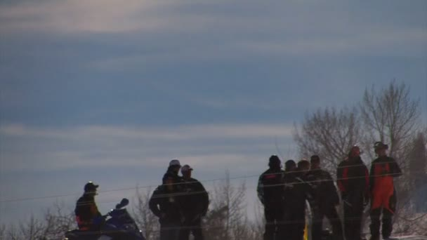 Ugrás egy versenyen snowmobilers