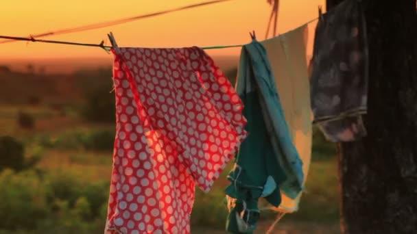 Keňský chýše s prádelní šňůru.