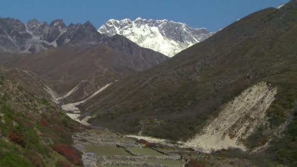 Mount Everest do údolí pod