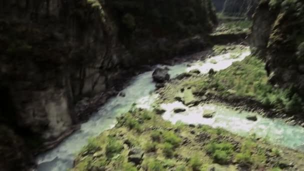 Řeka v Nepálu s mostu přes rokle