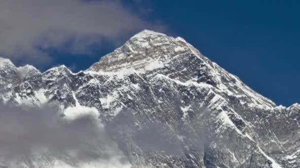 Mraky ovíjející se kolem Mount Everest