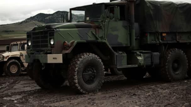 Vojenský konvoj truck počáteční a rozjezd