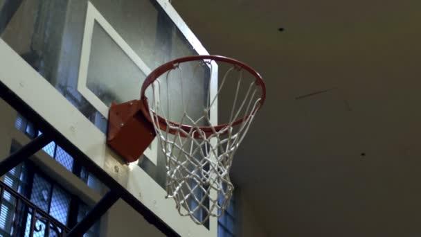 Nic než čistou basketbal střílel zblízka