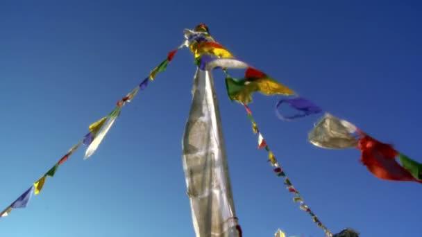 Buddhistické modlitební praporky vlály ve větru