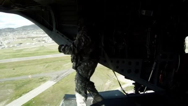 87bfa7bf Члены экипажа ждать красный свет зеленеть, они затем бросить вещевой сумки–  стоковое видео