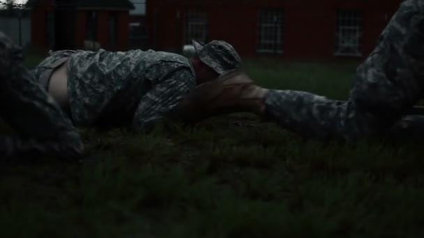 Soldaten unter Draht an einem Hindernis-Parcours — Stockvideo ...