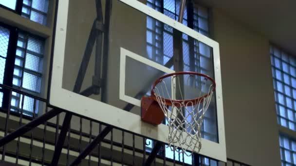 Detailní záběr z basketbalového míče přes síť