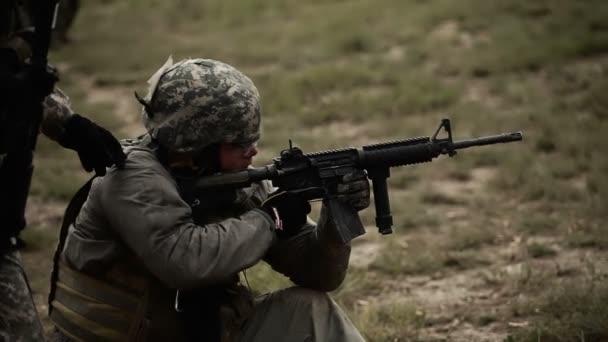katona lövés M4 puska a tartományban, míg térdelt