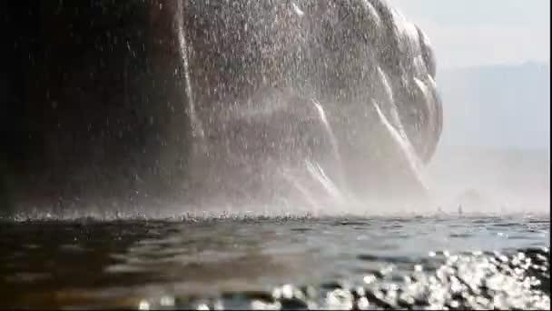Horká voda tryskající z hladké