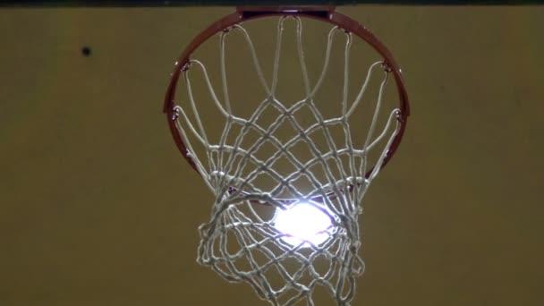 Zpomalený záběr basketbalového míče přes síť