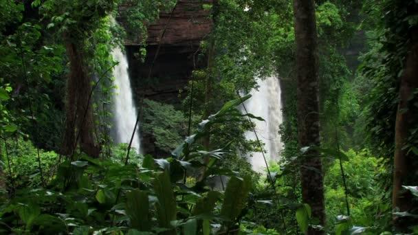 Dvěma vodopády uprostřed zelené rostliny