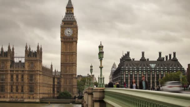 lidé chodí přes most Westminster