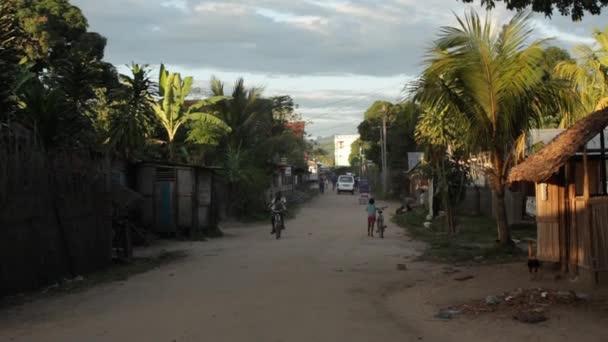 polní cesta přes malé vesnici.