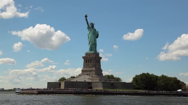 Blick auf die Freiheitsstatue beim schweben den Hudson River mit der Fähre.