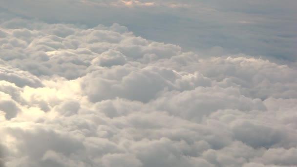 Bílé nadýchané mraky.