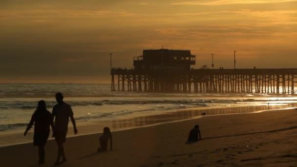 lidé chodí na pláži